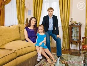 Масляков А.А с женой и дочкой в домашней обстановке 2010 года